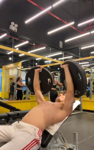 Lên án người khác vì 'chiếm hình khi mình đang quay cảnh tập gym', hotboy bất ngờ lại bị chỉ trích ngược - Ảnh 1