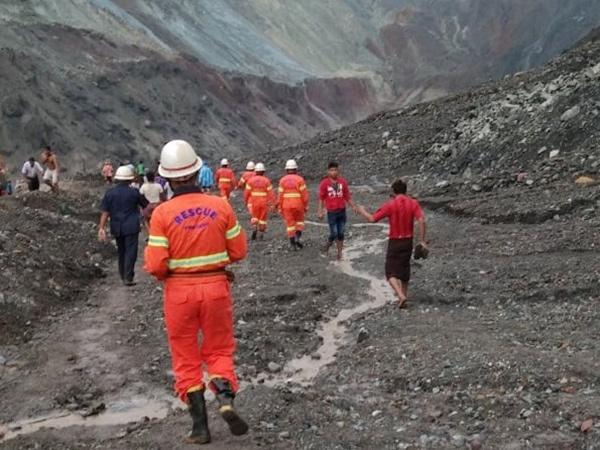 Thi thể xếp hàng dài ở hiện trường sập mỏ ngọc làm 113 người chết - Ảnh 10