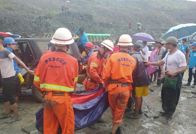 Thi thể xếp hàng dài ở hiện trường sập mỏ ngọc làm 113 người chết - Ảnh 2