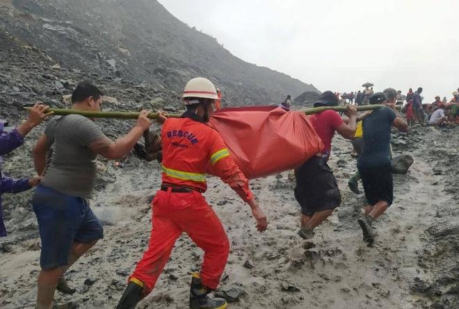 Thi thể xếp hàng dài ở hiện trường sập mỏ ngọc làm 113 người chết - Ảnh 4