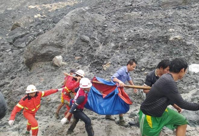 Thi thể xếp hàng dài ở hiện trường sập mỏ ngọc làm 113 người chết - Ảnh 5