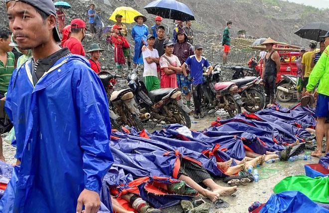 Thi thể xếp hàng dài ở hiện trường sập mỏ ngọc làm 113 người chết - Ảnh 8
