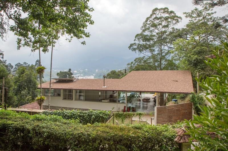 Ngắm ngôi nhà nghỉ dưỡng lơ lửng ở lưng chừng núi - Ảnh 1