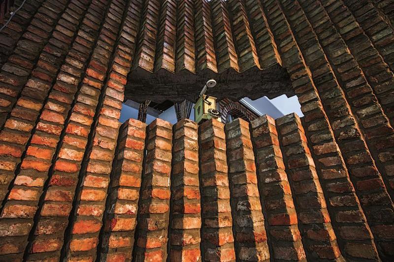 Quán cà phê được xây từ những viên gạch cũ - Ảnh 11