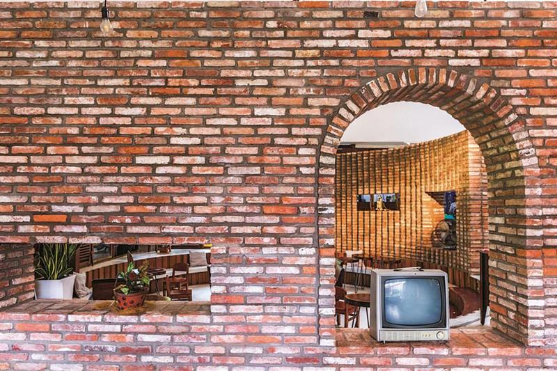Quán cà phê được xây từ những viên gạch cũ - Ảnh 12
