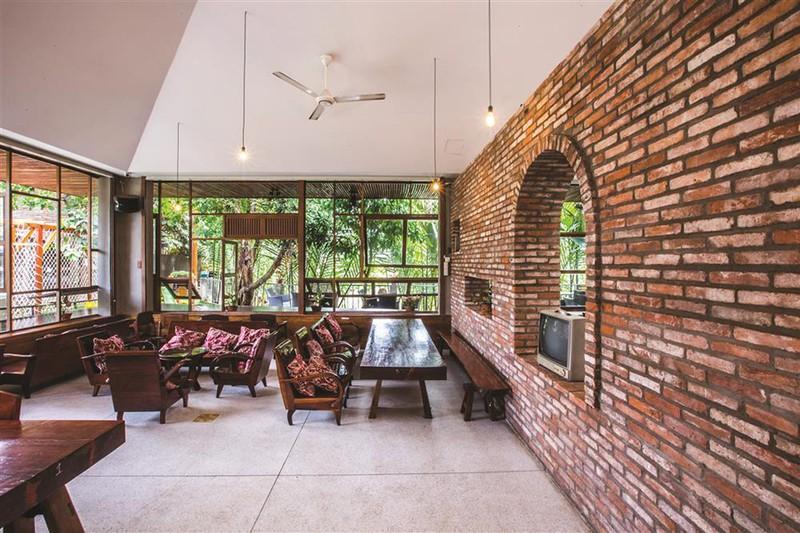 Quán cà phê được xây từ những viên gạch cũ - Ảnh 5