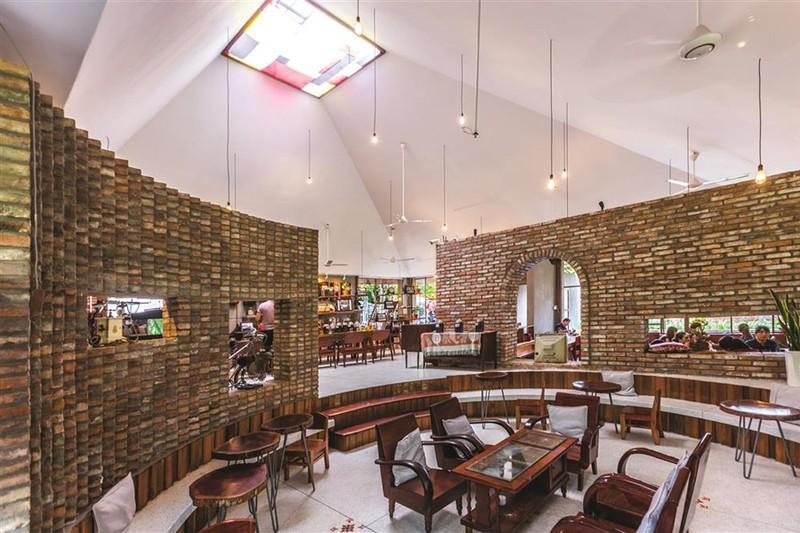Quán cà phê được xây từ những viên gạch cũ - Ảnh 6