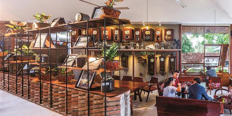 Quán cà phê được xây từ những viên gạch cũ - Ảnh 9
