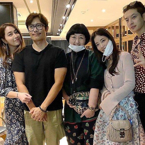 Giữa lúc 'người cũ' Song Hye Kyo dính tin tình ái, Lee Byung Hun làm điều này cho vợ - Ảnh 4