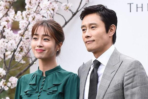 Giữa lúc 'người cũ' Song Hye Kyo dính tin tình ái, Lee Byung Hun làm điều này cho vợ - Ảnh 7
