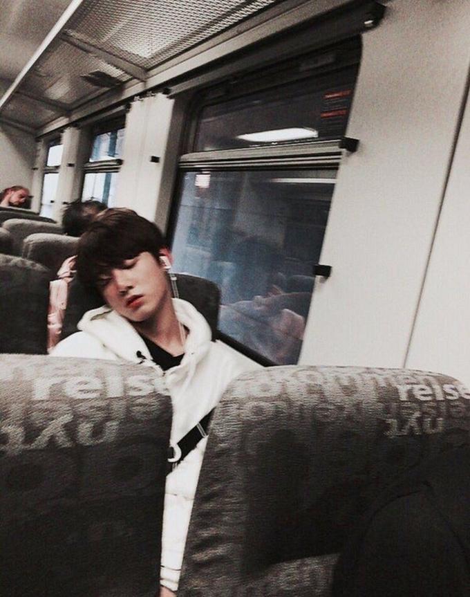 'Khí chất bạn trai' khi để mặt mộc tự nhiên của Jung Kook (BTS) - Ảnh 3