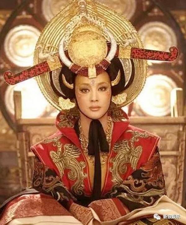 Tạo hình xấu điên đảo của sao phim Hoa ngữ vẫn không địch nổi hình ảnh 'lố quá đà' của Địch Lệ Nhiệt Ba  - Ảnh 4