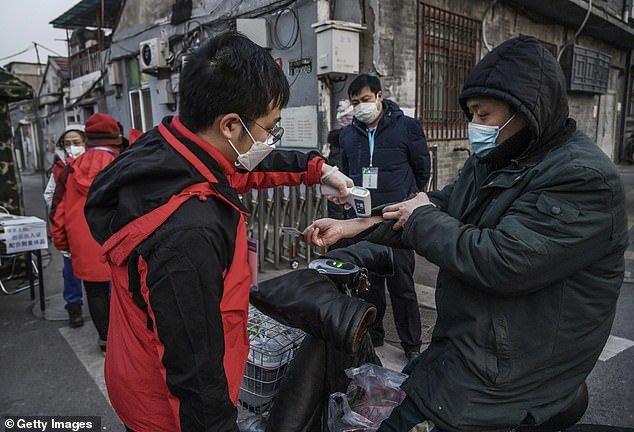 Thương tâm vợ bác sĩ bệnh viện Vũ Hán khóc lóc chạy theo xe đưa thi thể chồng đi hỏa táng - Ảnh 5