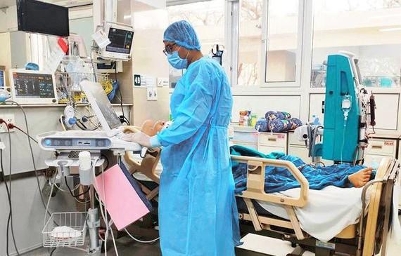 Phi công người Anh phổi hồi phục 20%, sắp chuyển viện điều trị - Ảnh 1