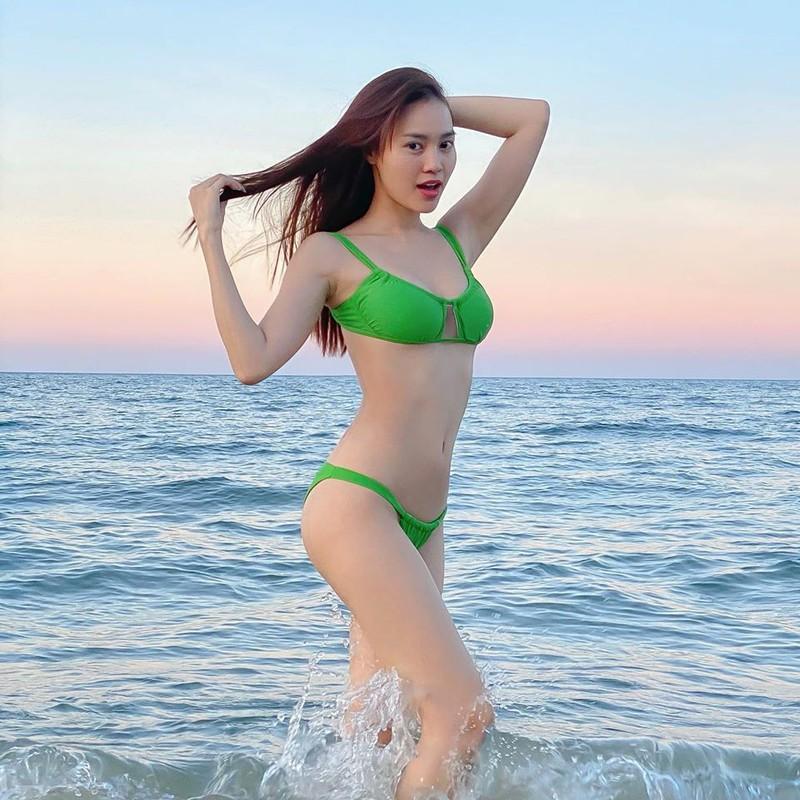 Kín đáo là thế nhưng mỗi lần Ninh Dương lan Ngọc thả dáng với bikini khiến fan 'hoa mày chóng mặt' - Ảnh 4