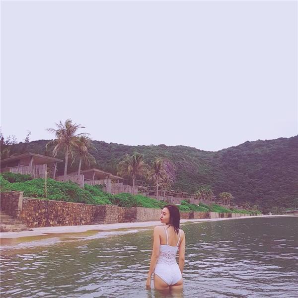 Kín đáo là thế nhưng mỗi lần Ninh Dương lan Ngọc thả dáng với bikini khiến fan 'hoa mày chóng mặt' - Ảnh 6