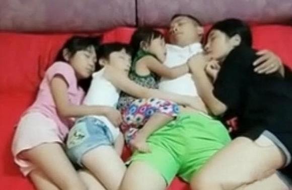 Bức ảnh 3 cô con gái ngủ cùng bố gây tranh cãi, khi biết hậu quả bà mẹ hạ quyết tâm cho ngủ giường riêng - Ảnh 1