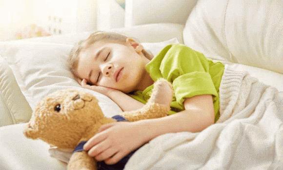 Bức ảnh 3 cô con gái ngủ cùng bố gây tranh cãi, khi biết hậu quả bà mẹ hạ quyết tâm cho ngủ giường riêng - Ảnh 3