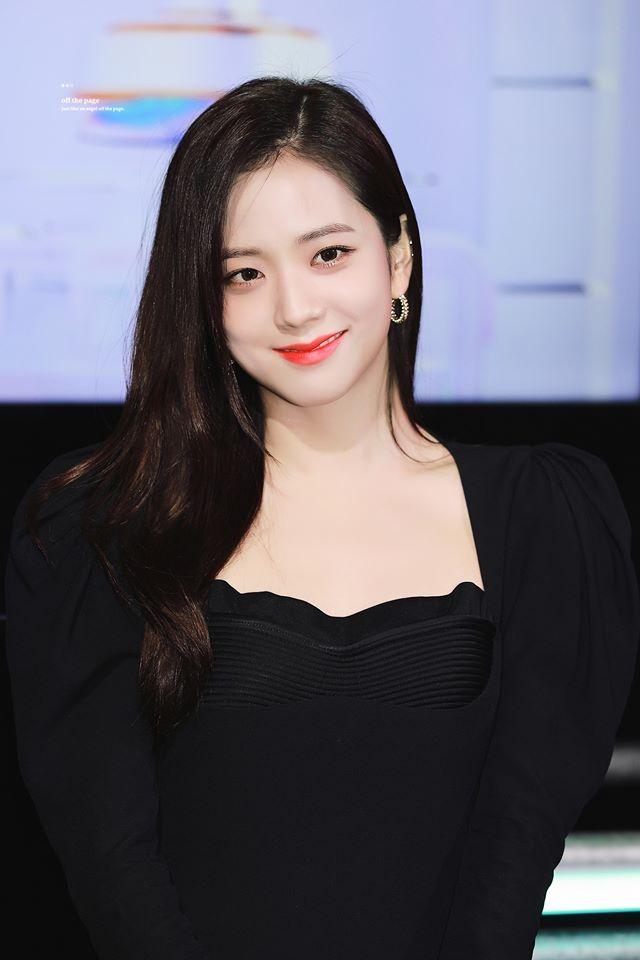 Jisoo (BlackPink) để tóc thẳng layer hay tóc xoăn cũng vẫn xinh đẹp hết phần thiên hạ - Ảnh 1