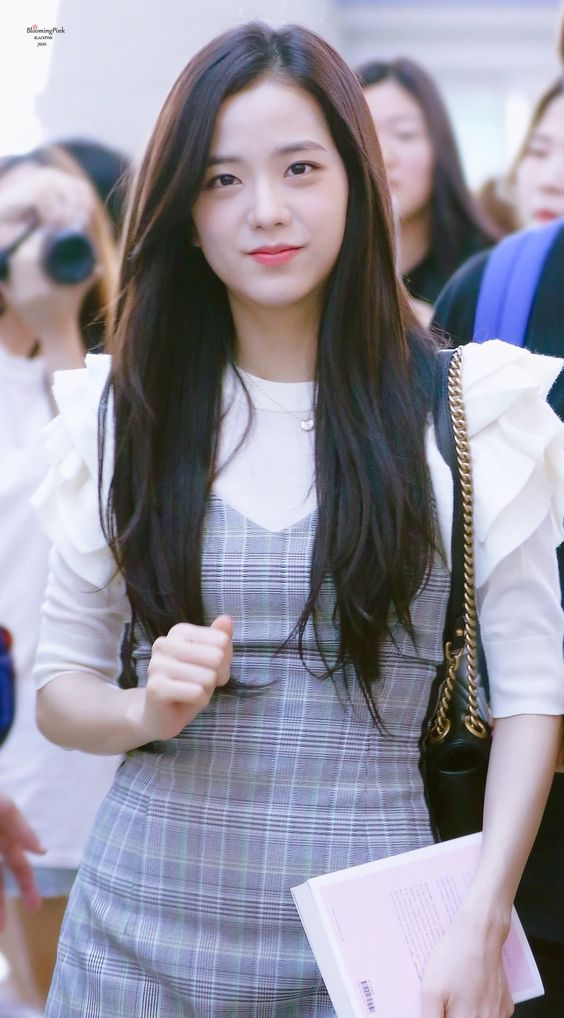 Jisoo (BlackPink) để tóc thẳng layer hay tóc xoăn cũng vẫn xinh đẹp hết phần thiên hạ - Ảnh 2