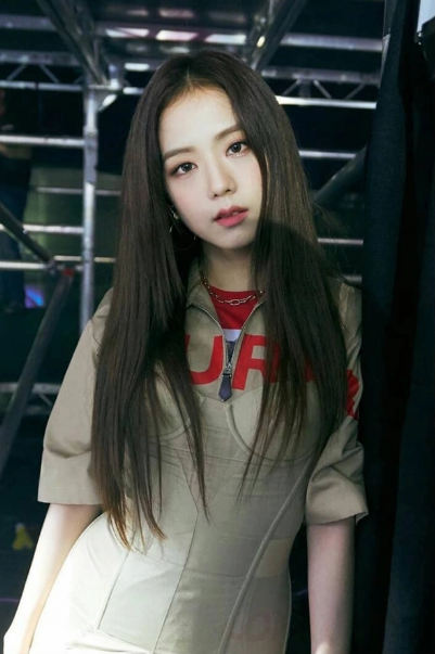 Jisoo (BlackPink) để tóc thẳng layer hay tóc xoăn cũng vẫn xinh đẹp hết phần thiên hạ - Ảnh 7