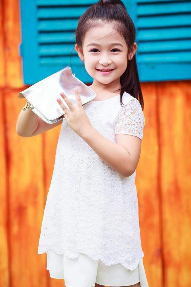 Cằm V-line bạc tỷ của bé gái chuyên đọ sắc Hoa hậu, giúp mẹ từ nhà trọ lên chung cư - Ảnh 1