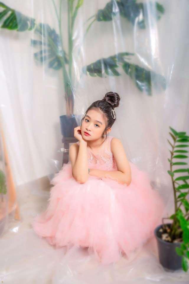 Cằm V-line bạc tỷ của bé gái chuyên đọ sắc Hoa hậu, giúp mẹ từ nhà trọ lên chung cư - Ảnh 8