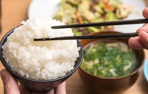 Những sai lầm tai hại khi ăn cơm gây hại sức khỏe, nhiều người vẫn mắc phải mỗi ngày - Ảnh 1