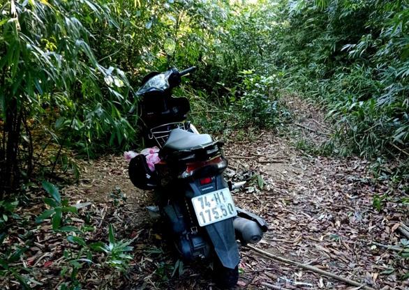 Hai chị em gái mất tích bí ẩn khi đi hái măng trong rừng sát biên giới - Ảnh 1