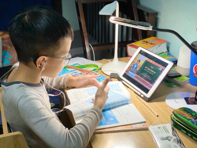 Một bộ phận học sinh lớp 1 ở TP.HCM khó đọc thông, viết thạo vào cuối năm học - Ảnh 1