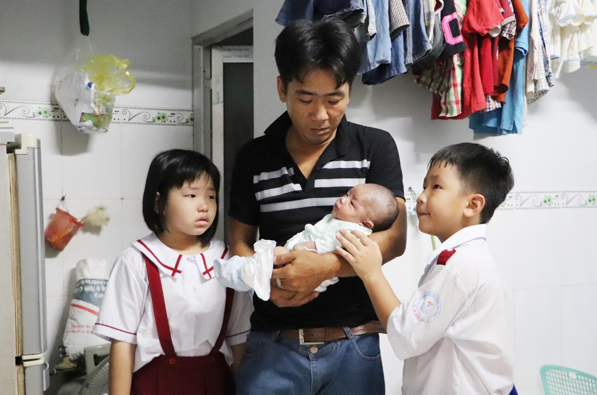 Vợ mất, chồng ôm 4 đứa con khờ dại: 'Mẹ con không về nữa đâu' - Ảnh 8