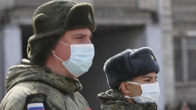 Gần 900 binh sỹ Nga được phát hiện nhiễm virus SARS-CoV-2 - Ảnh 1