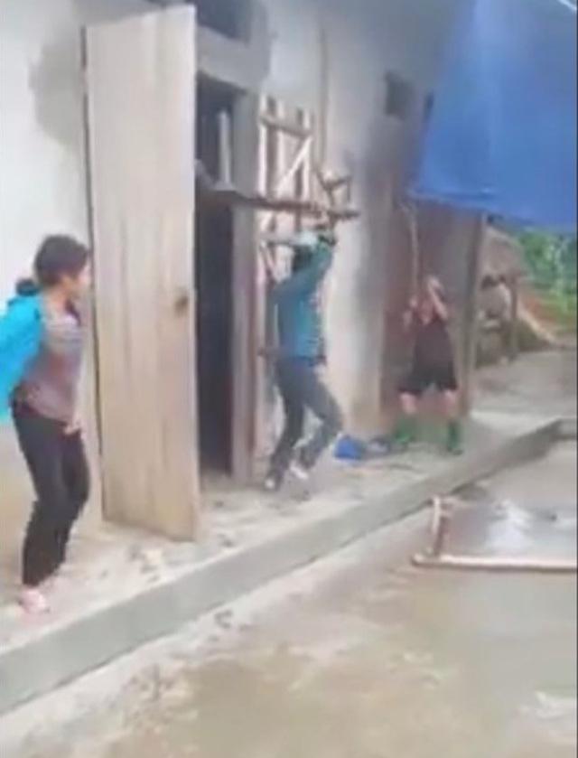 """Trần tình gây bức xúc của người em quay clip """"cổ vũ"""" anh trai vác ghế đánh mẹ già - Ảnh 1"""