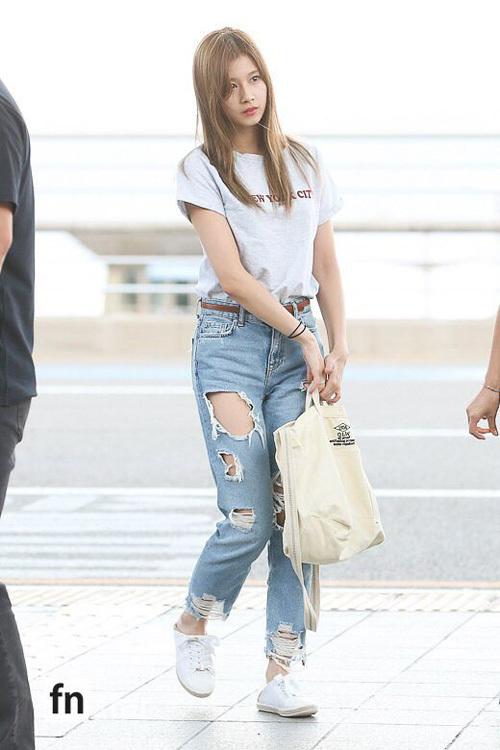 Chỉ diện áo thun trắng và quần jeans, dàn idol vẫn đẹp 'nức nở' - Ảnh 1