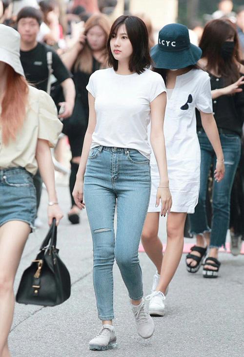 Chỉ diện áo thun trắng và quần jeans, dàn idol vẫn đẹp 'nức nở' - Ảnh 10