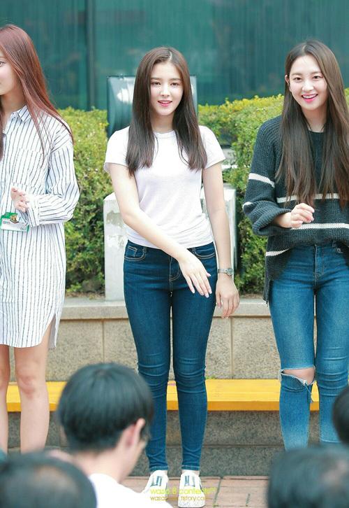 Chỉ diện áo thun trắng và quần jeans, dàn idol vẫn đẹp 'nức nở' - Ảnh 13