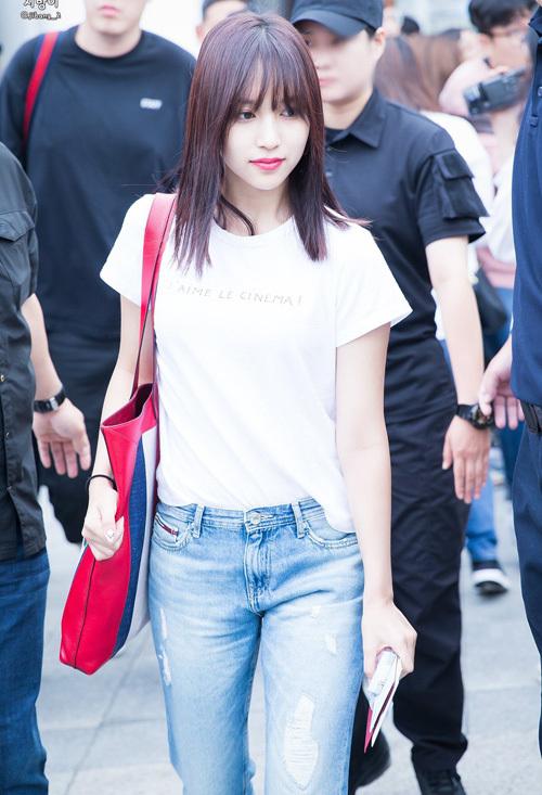 Chỉ diện áo thun trắng và quần jeans, dàn idol vẫn đẹp 'nức nở' - Ảnh 2