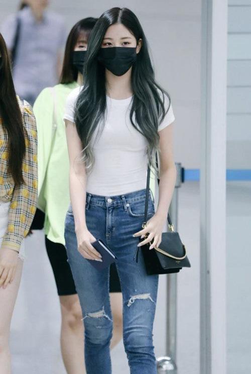 Chỉ diện áo thun trắng và quần jeans, dàn idol vẫn đẹp 'nức nở' - Ảnh 5