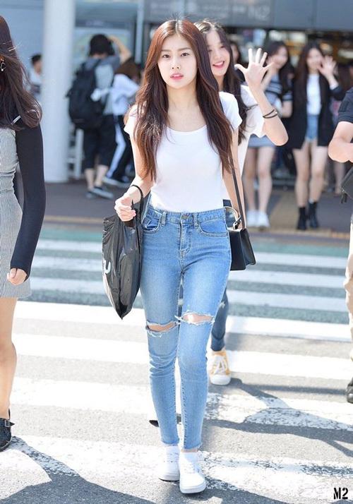 Chỉ diện áo thun trắng và quần jeans, dàn idol vẫn đẹp 'nức nở' - Ảnh 7