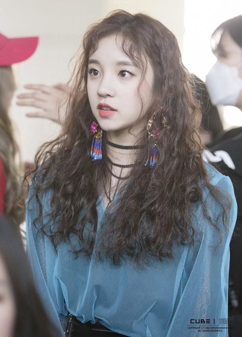 Idol Hàn 'bùng nổ nhan sắc' khi để tóc xoăn tít như mì tôm - Ảnh 1