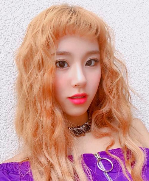 Idol Hàn 'bùng nổ nhan sắc' khi để tóc xoăn tít như mì tôm - Ảnh 10