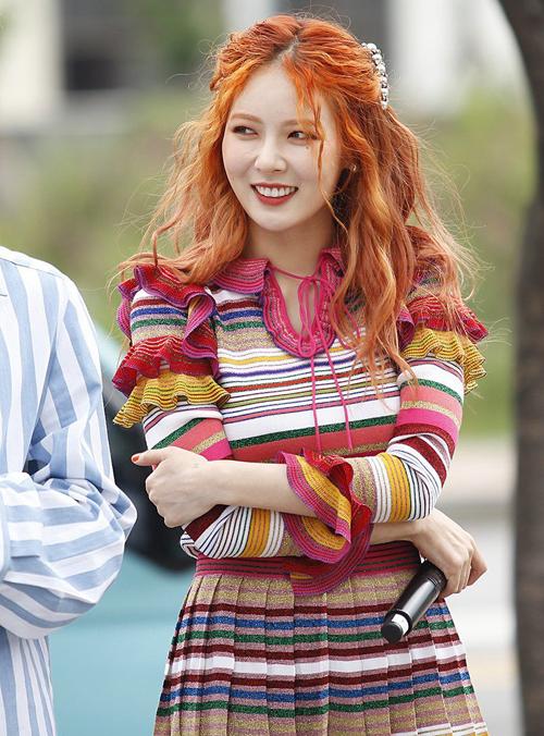 Idol Hàn 'bùng nổ nhan sắc' khi để tóc xoăn tít như mì tôm - Ảnh 16