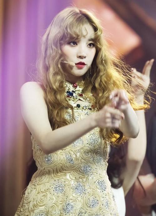Idol Hàn 'bùng nổ nhan sắc' khi để tóc xoăn tít như mì tôm - Ảnh 3