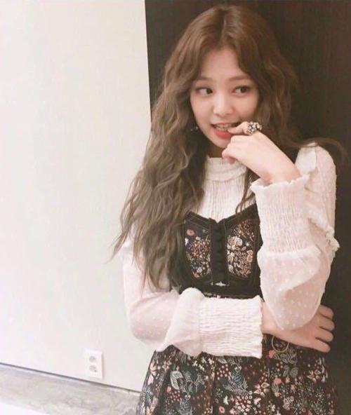 Idol Hàn 'bùng nổ nhan sắc' khi để tóc xoăn tít như mì tôm - Ảnh 7