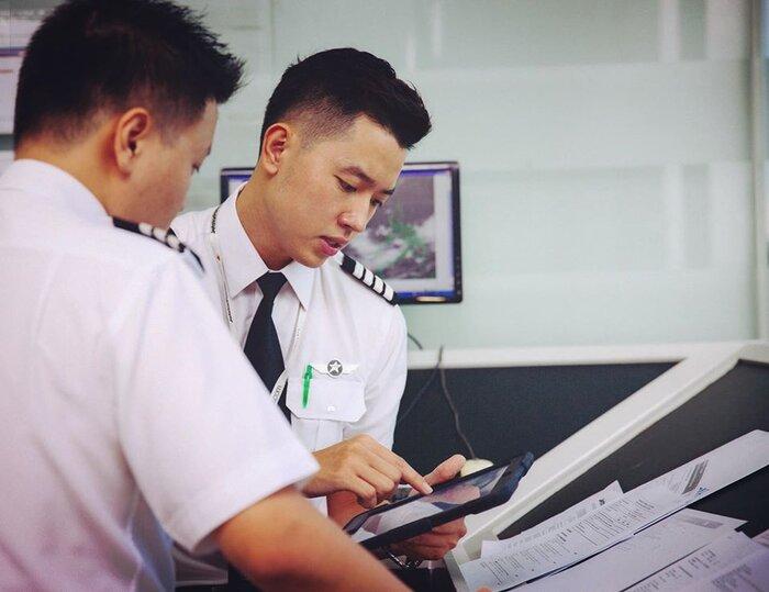 Cơ trưởng đẹp trai nhất Việt Nam gây 'choáng' khi hé lộ thu nhập 'không phải dạng vừa' của nghề phi công - Ảnh 1