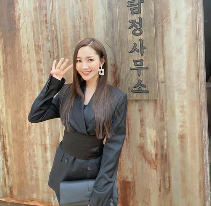 Lần đầu thấy Jennie (Black Pink) lép vé phong cách khi 'đụng hàng' với đàn chị Park Min Young - Ảnh 1