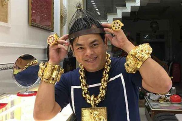 Phúc XO, kẻ nổi danh nhờ đeo nhiều vàng sắp hầu tòa - Ảnh 1