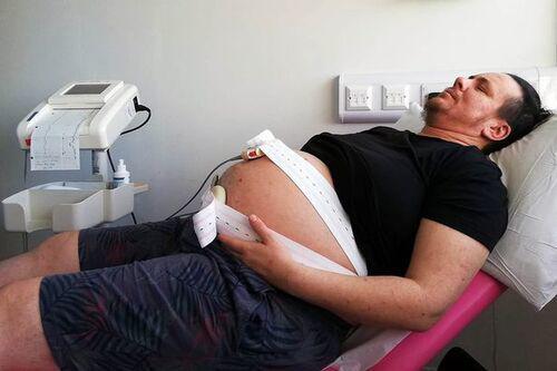 Người đàn ông mang bầu, đi khám thai ai cũng chỉ trỏ, biết về bố em bé còn sốc hơn - Ảnh 1