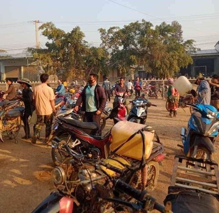 Đắk Lắk: Người dân đổ xô mua xăng dầu tích trữ vì tin đồn cây xăng đóng cửa - Ảnh 1
