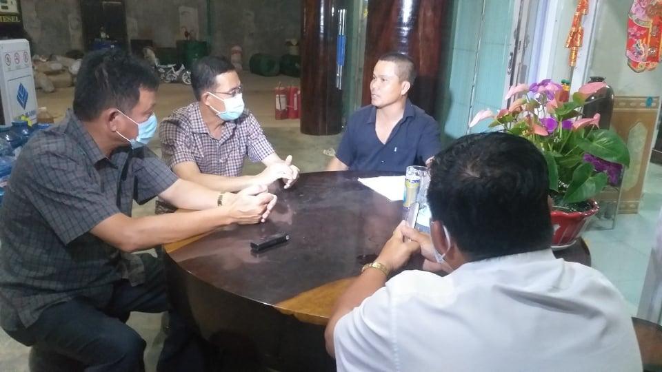 Đắk Lắk: Người dân đổ xô mua xăng dầu tích trữ vì tin đồn cây xăng đóng cửa - Ảnh 2
